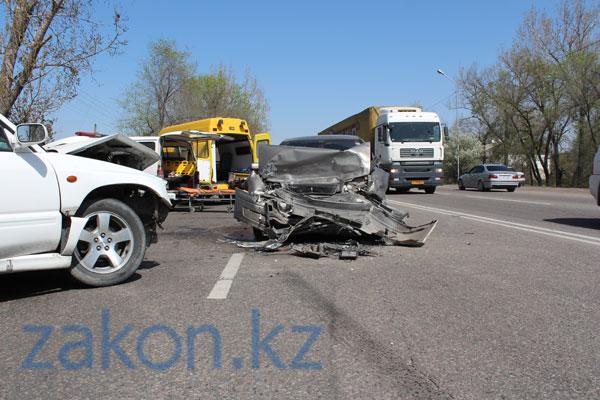 Сегодня в Алматы на Илийском шоссе две машины столкнулись «лоб в лоб» (фото)