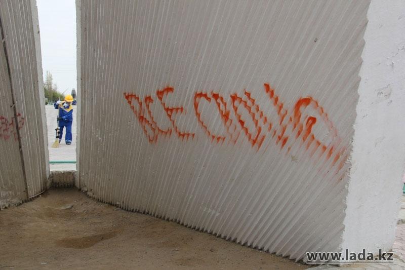 На постаменте памятника «Самолет» в сквере Победы в Актау появились различные надписи (фото)