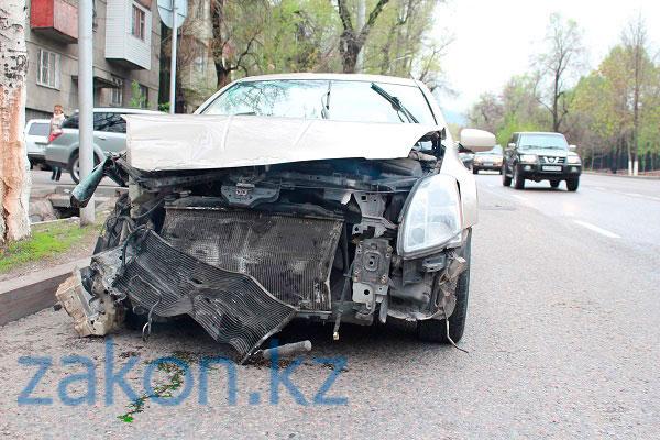 На проспекте Достык в Алматы произошло ДТП с участием трех автомобилей (фото)