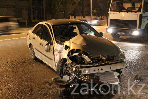 В Алматы пьяный водитель Форда врезался в столб