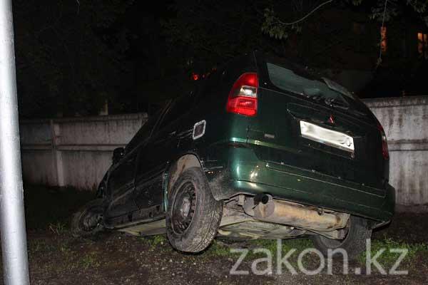 Накануне вечером в Алматы произошло ДТП на пересечении улиц Джандосова и Шаймерденова (фото)