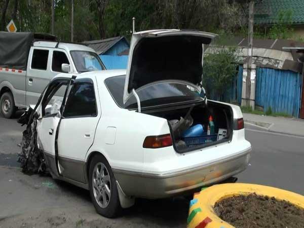 В Алматы водитель легкового автомобиля на спецполосе врезался в автобус (фото)