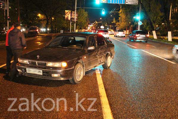 На перекрестке Абая-Гагарина в Алматы водитель автомобиля Lexus на полном ходу въехал в Mitsubishi (фото)
