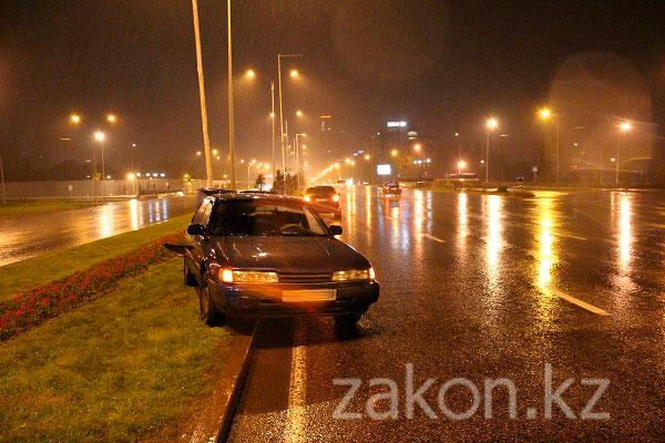 Сегодня ночью на проспекте Аль-Фараби в Алматы неизвестный автомобиль врезался в Мазду и скрылся с места ДТП (фото)
