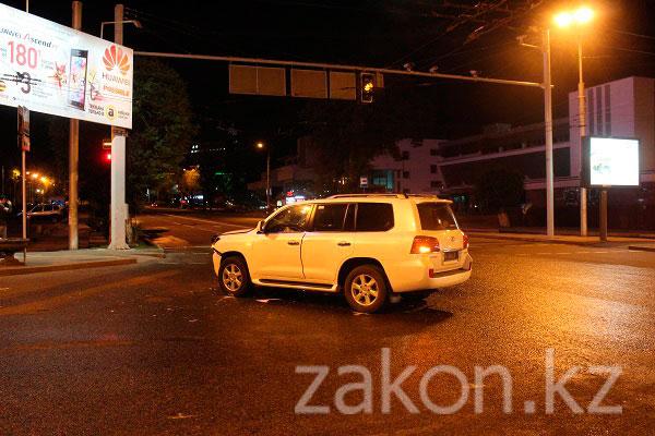 Ночью 28 апреля две иномарки не поделили перекресток в Алматы (фото)