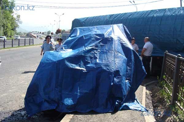 Бензовоз «лоб в лоб» столкнулся с внедорожником, а затем вылетел с дороги в Алматы (фото)