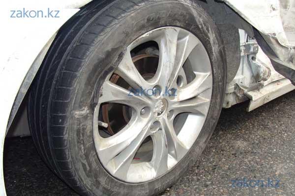 Тойота Карина столкнулась с Хюндаем в результате заноса на мокрой дороге (фото)