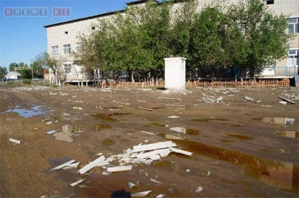 Восстановительные работы идут в пережившем ночью ураган Кармакшинском районе Кызылординской области (фото)