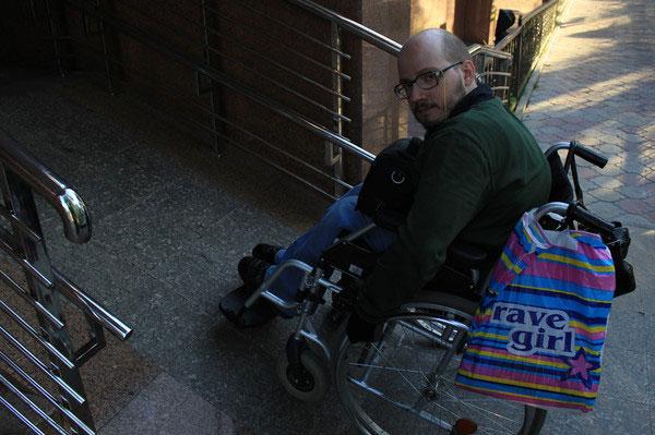 Станции «Жибек-Жолы» и «Алатау» алматинского метро не приспособлены к инвалидам-колясочникам