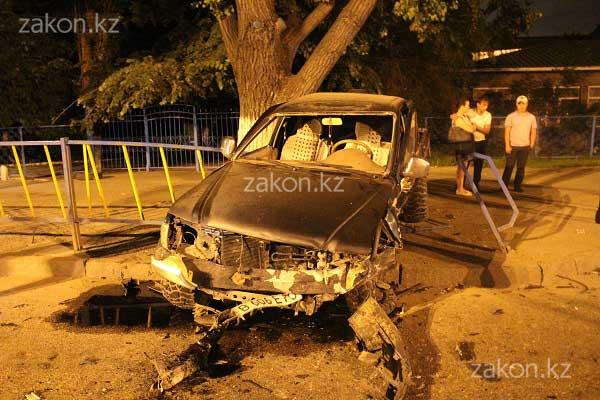 БМВ загорелась в результате ДТП в Алматы (фото)
