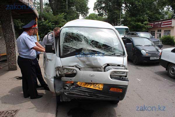 В Алматы водитель микроавтобуса по очереди столкнулся с двумя машинами (фото)