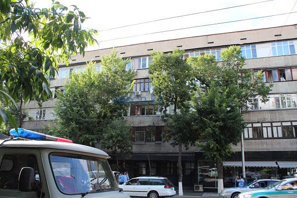 В Алматы с крыши 5-ти этажного дома упала молодая девушка (фото)