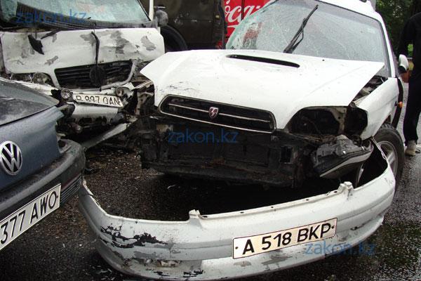 3 машины, в том числе микроавтобус с пассажирами, столкнулись в Алматы (фото)