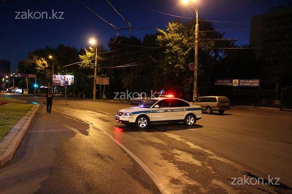 Нетрезвый водитель Мерседеса врезался в столб электропередач в Алматы (фото)