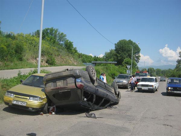 В автомобиле, перевернувшемся на окраине Зыряновска, по словам очевидцев, находилось восемь человек