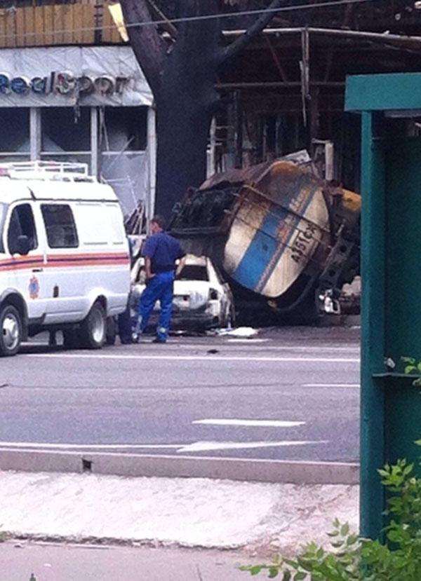 Сильный пожар в центре Алматы: перевернулся и взорвался бензовоз (фото)
