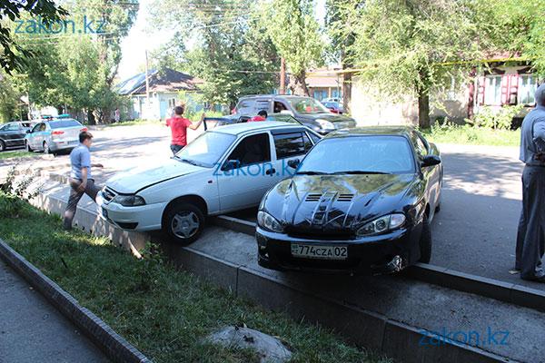В Алматы водитель Фольксвагена, избегая наезда на маленького пешехода, врезался в Дэу, которая потом столкнулась с Хюндаем (фото)