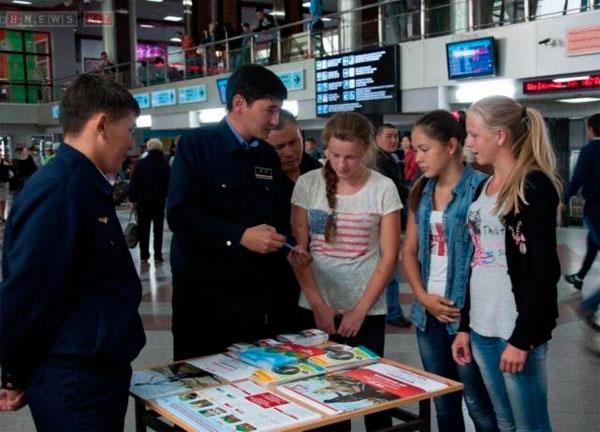 Железнодорожники и КВНщики устроили на вокзале Астаны флеш-моб (фото)
