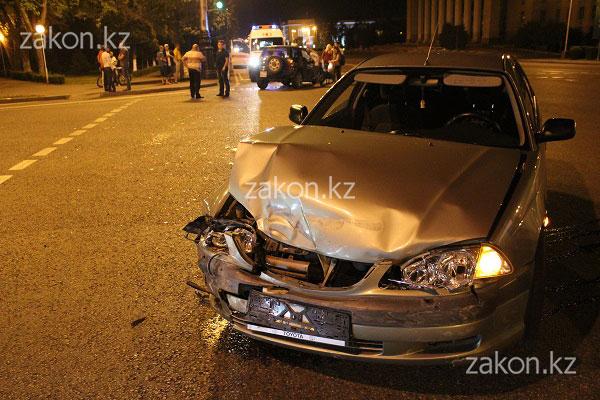 В Алматы столкнулись две Тойоты, водитель-виновник после ДТП затерялась в толпе (фото)