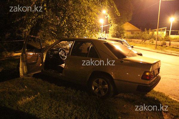 Водитель Мерседеса чуть не выбил лобовое стекло после столкновения с деревом, Алматы (фото)