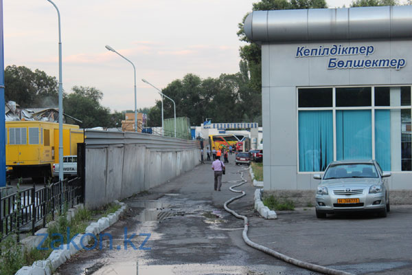 Пожар на складе в Алматы мог привести к взрыву (фото)