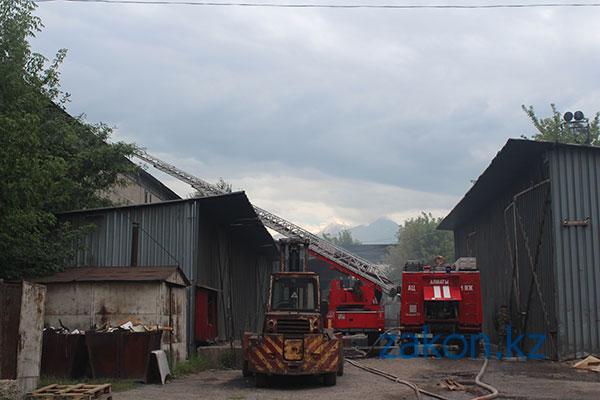 Пожар на складе моторных масел в Алматы ликвидирован (фото)