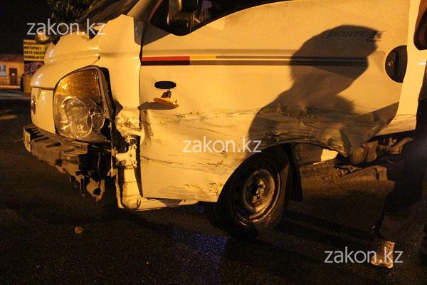 Жигули и грузовик столкнулись в Алматы (фото)