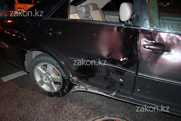 Мотоциклист в тяжелом состоянии попал в больницу после ДТП в Алматы (фото)