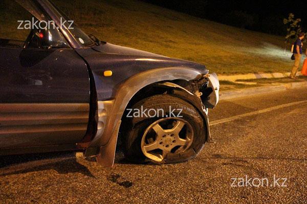На восточной объездной дороге в Алматы в результате ДТП субару перевернулся в арык (фото) .