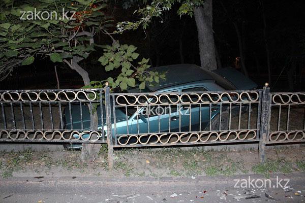 В результате ДТП Мерседес оказался по другую сторону арыка среди деревьев, Алматы (фото)
