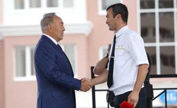 Глава государства вручил железнодорожникам ключи от квартир в Астане (фото)