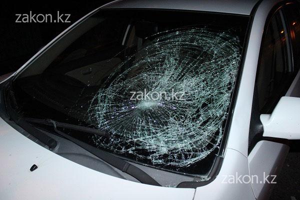 На Северном кольце в Алматы под колеса авто попала женщина, которая посреди дороги выясняла отношения с мужем (фото)