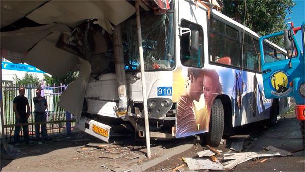 В Алматы автобус врезался в остановку (фото)