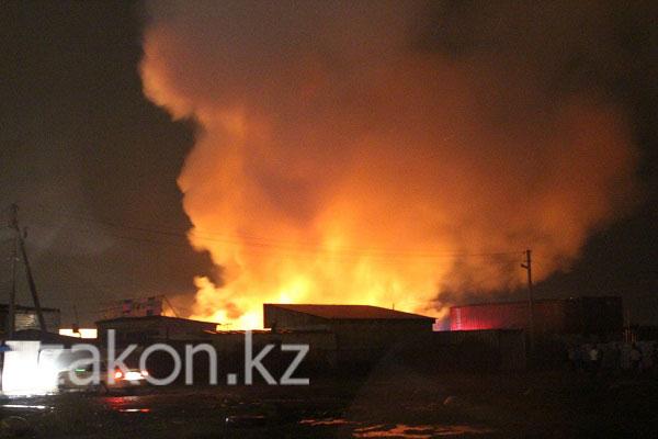 600 кубометров леса сгорело в результате пожара на строительном рынке в Алматы (фото)