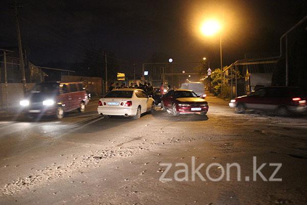 Водители Лексуса и Тойоты не поделили дорогу в Алматы (фото)