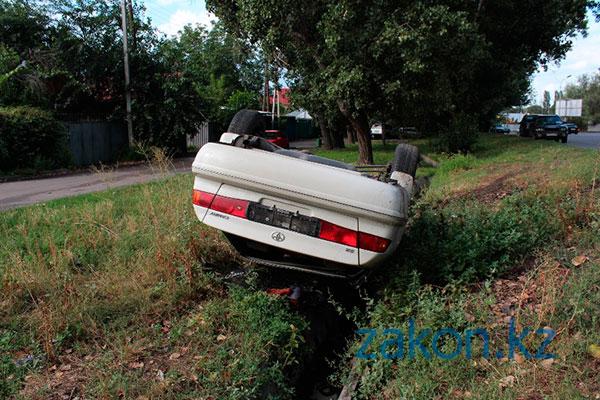 В Алматы Камри перевернулась на крышу в арыке (фото)
