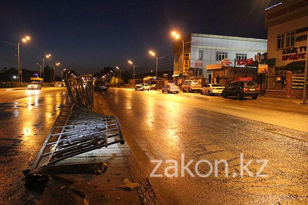 Сегодня рано утром на пр. Рыскулова в Алматы столкнулись два Мерседеса (фото)