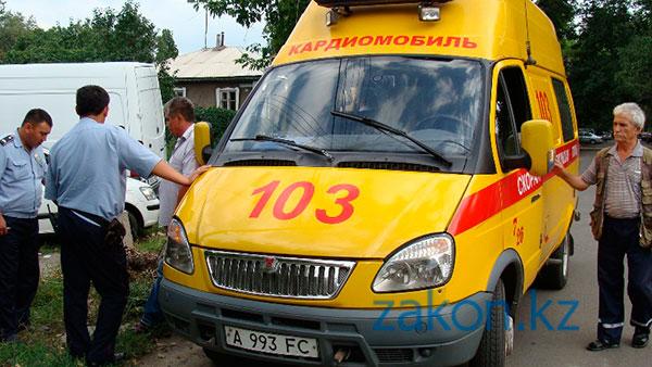Грузовой Мерседес въехал в столб после столкновения с Хендаем в Алматы (фото)