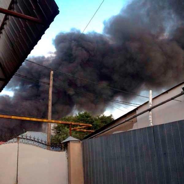 В Алматы горит один из рынков «барахолки» (фото)