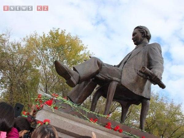 В Павлодаре открыли памятник выдающемуся поэту Калижану Бекхожину. Фото BNews.kz