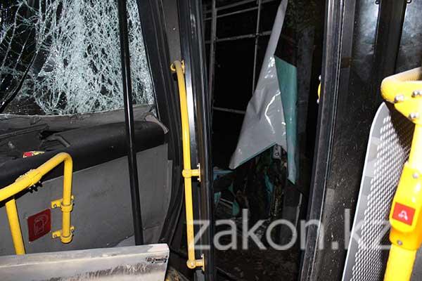 Минувшей ночью водитель пассажирского автобуса попал в ДТП в Алматы (фото)