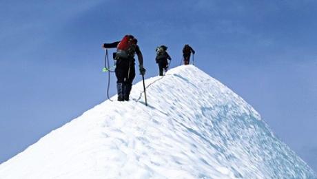 Спасатели на Эльбрусе ищут сорвавшуюся альпинистку