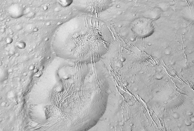Станция Cassini обнаружила на северном полюсе Энцелада (одного из спутников Сатурна)