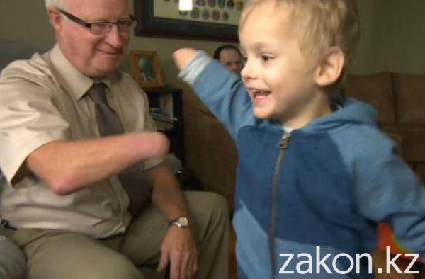 На снимке запечатлена встреча ребенка с новым дедушкой, у которого тоже нет руки.