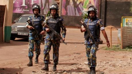 Двое злоумышленников удерживают 170 заложников в отеле в столице Мали