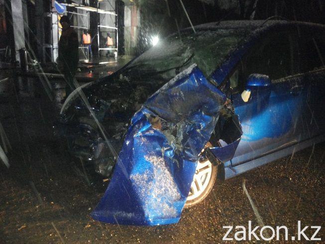В Алматы пьяный водитель залетел под мост по Сейфуллина, где велись строительные работы