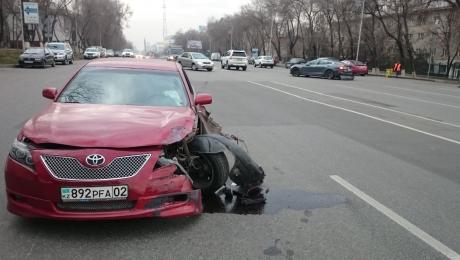 В Алматы столкнулись Camry и Tesla Model S