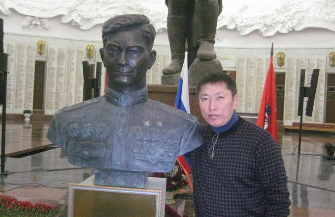 Генералы Казахстана подарили Москве бронзовый бюст Талгата Бегельдинова