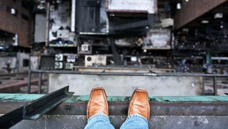 В Башкирии мужчина выбросился из окна третьего этажа