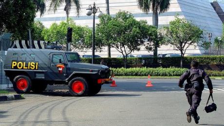 После серии кровавых терактов граждан Джакарты напугал «взрыв» шины